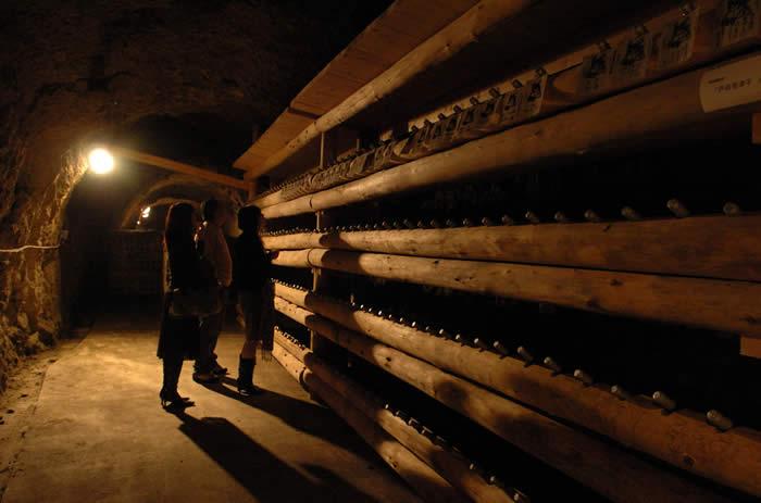 ライトで照らされた洞窟